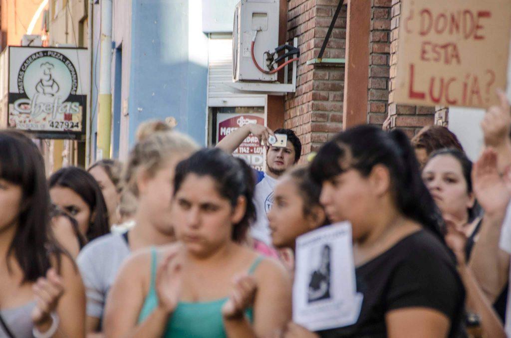 6639dabe19450 En la marcha por la aparición de la niña que desapareció durante febrero de  2018 dos policías filmaron a los y las manifestantes.